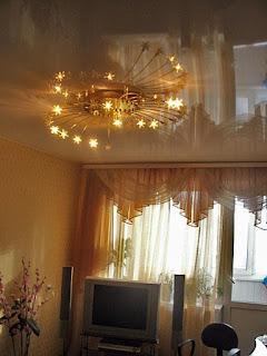 Фото красивое отражение люстры на натяжном потолке