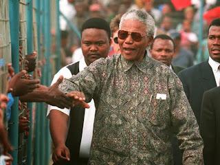 Foto-Foto Nelson Mandela Mengenakan Batik Dalam Setiap Acara