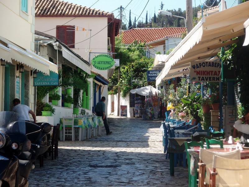 Tavernen im verkehrsberuhigten Ortskern von Agios Nikitas (Lefkada)