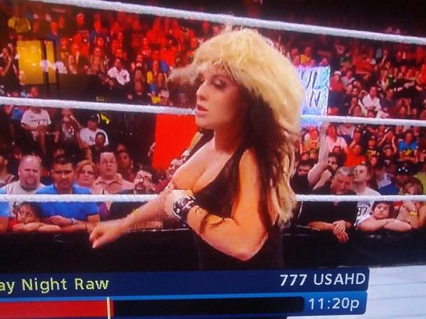 Kaitlyn muestra accidentalmente el pecho en Raw Su