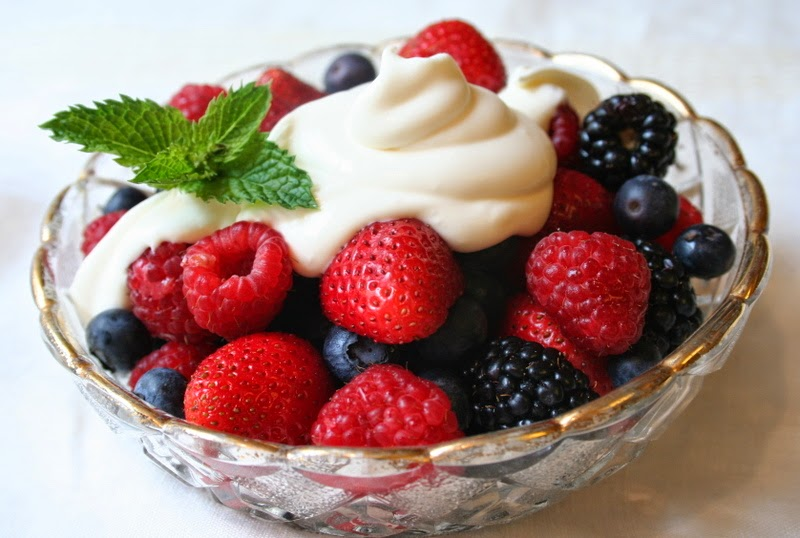 PRETTY MIXED BERRY 4TH OF JULY FRUIT SALAD WITH CREME FRAICHE