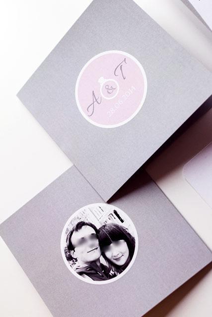 pierścionek, szary, brudny róż, dodatki ślubne, etykieta na kopercie, goździk, kwadratowe, lila róż, mapka dojazdu, monogram, numery stołów, pastelowe, winietki, wstążka, RSVP, zaproszenie z pierścionkiem zaręczynowym, pierścionek jako motyw przewodni, zaręczyny, zaproszenie ze zdjęciem, szaro-różowe, wiązane za pomocą wstążki, oryginalne, nietypowe, wyjątkowe, ręcznie robione, monogram, inicjały, data ślubu, pierścionek, naklejana etykieta na kopercie, modyfikacja projektu, kg design, 14x14cm