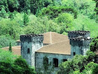 Chateau Lacave, Caxias do Sul. Construção de pedra que reproduz um castelo medieval. É cercada por árvores.