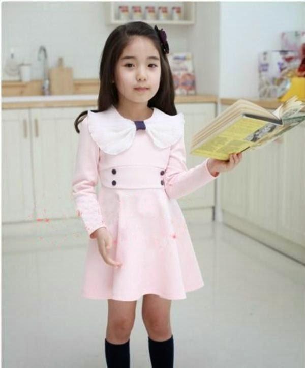 Anak kecil perempuan cantik pakai dress warna pink