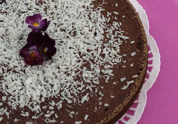 Chokladkaka toppad med kokos och penséer