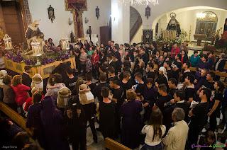 Nuestra Señora de las Angustias con la Iglesia llena de devotos