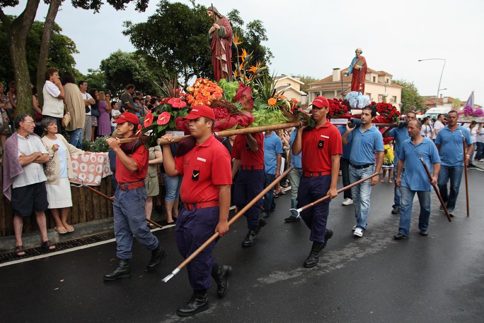 Desfile em redor da rotunda com os andores levados em ombros. O primeiro, dos B.V. da Aguda, seguido de outros de diversas organizações. Cada andor em honra de um santo.