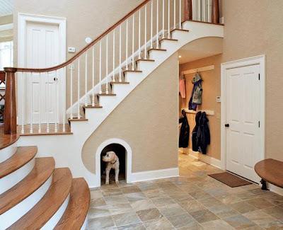 Jei namuose yra laiptai, štai taip galima išnaudoti erdvę po jais