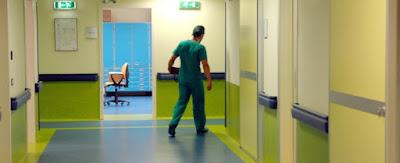buongiornolink - buongiornolink- Il chirurgo si fa il selfie in sala operatoria col paziente e poi lo mette su Facebook