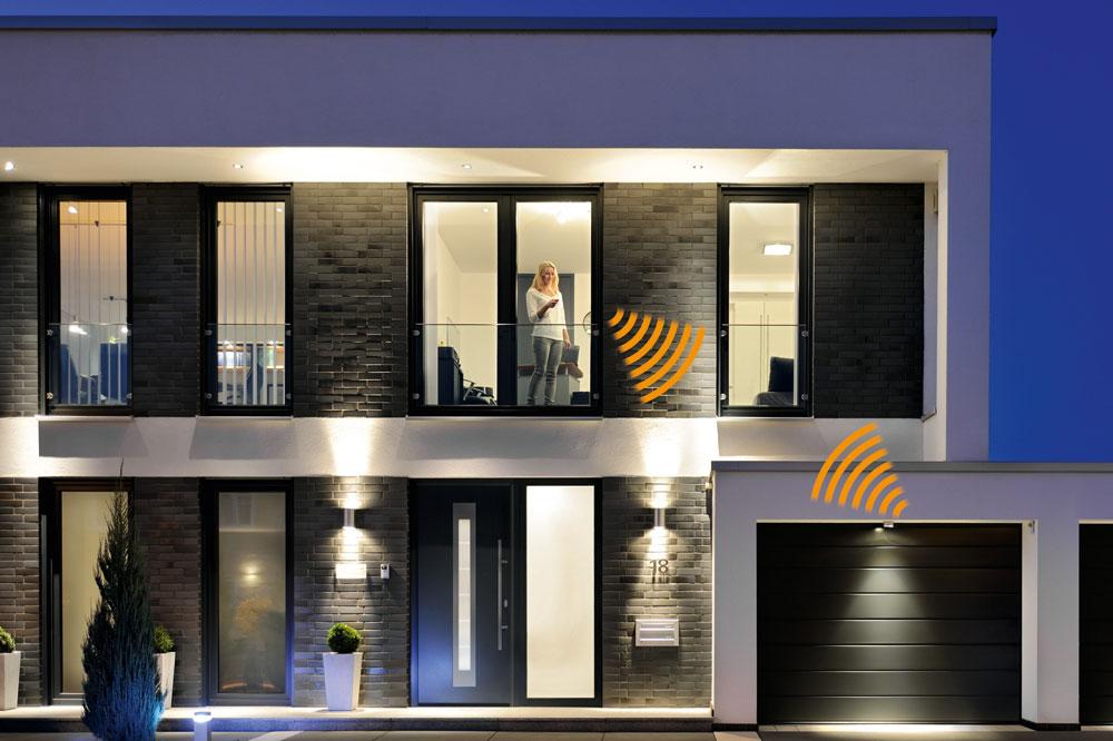 """Das """"Tor des Jahres"""" (ab 899 € UVP) und die """"Tür des Jahres"""" (ab 1.298 € UVP) von Hörmann verleihen dem Haus eine moderne Ansicht im Partnerlook."""
