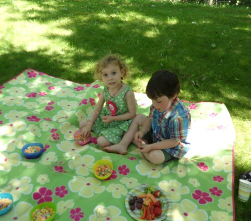 rainbow birthday party making fruit loop necklaces