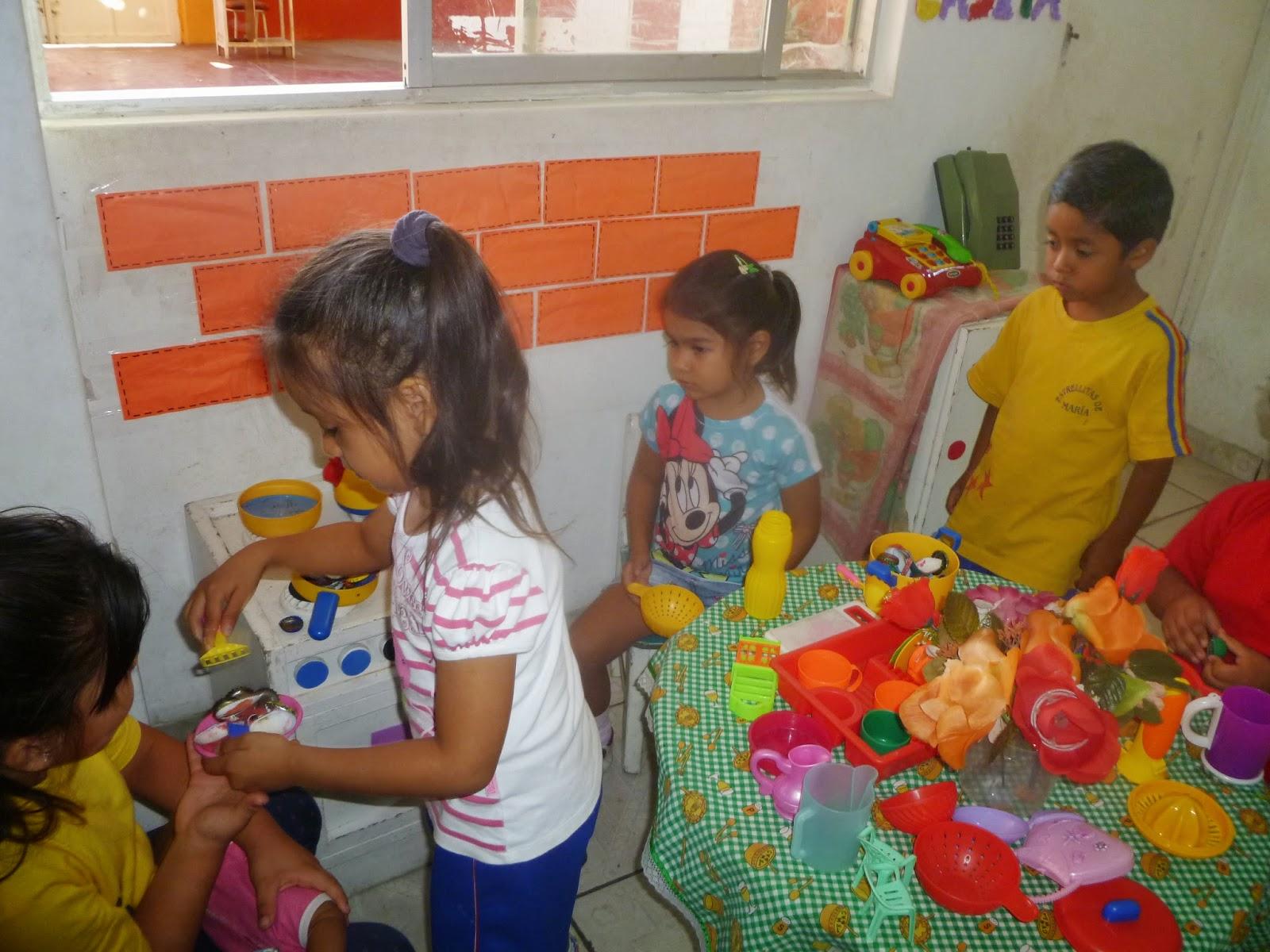Educacion infantil ni as jugando en el sector del hogar for Que es decoracion del hogar