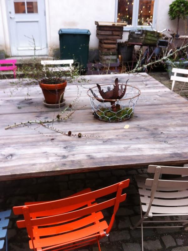 stort trädgårdsbord, bygga eget bord, bord av tjocka plank, projekt för sommaren,