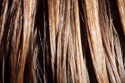 rambut yang diikat dalam keadaan basah bisa menyebabkan lepek dan bau juga kerontokan