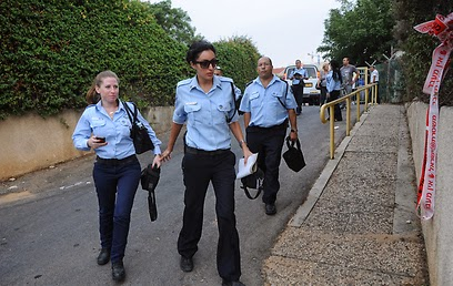 פשיטת המשטרה על נווה יעקב של משרד הרווחה (צילום: ירון ברנר)