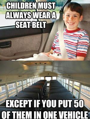 niño con cinturón de seguridad en un auto