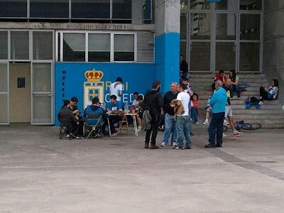 Colas en las oficinas del Tartiere para comprar entradas para el partido de ascenso en Ipurua