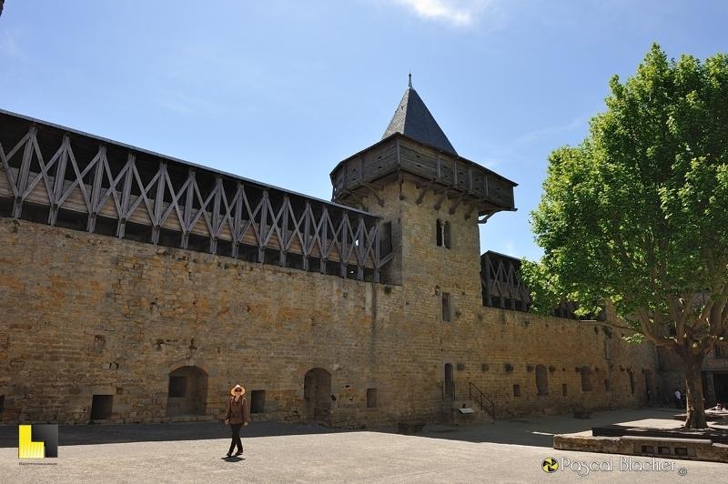 Valérie Blachier dans la cour d'honneur du château comtal de Carcassonne photo blachier pascal au delà du cliché