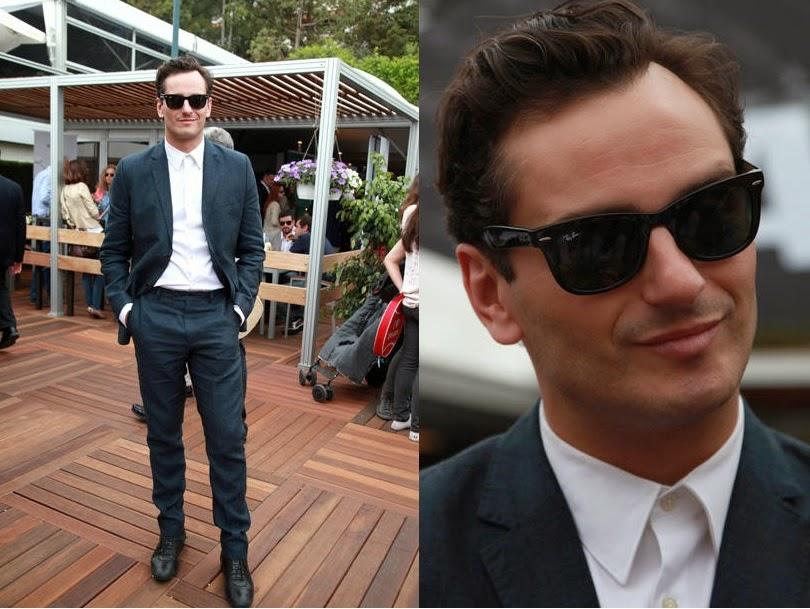 el actor de velvet luce traje azul y gafas RayBan