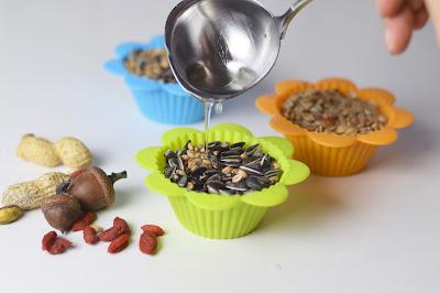 bird cakes kleine delikatessen f r die v gel im winterlichen garten duschvorhang. Black Bedroom Furniture Sets. Home Design Ideas