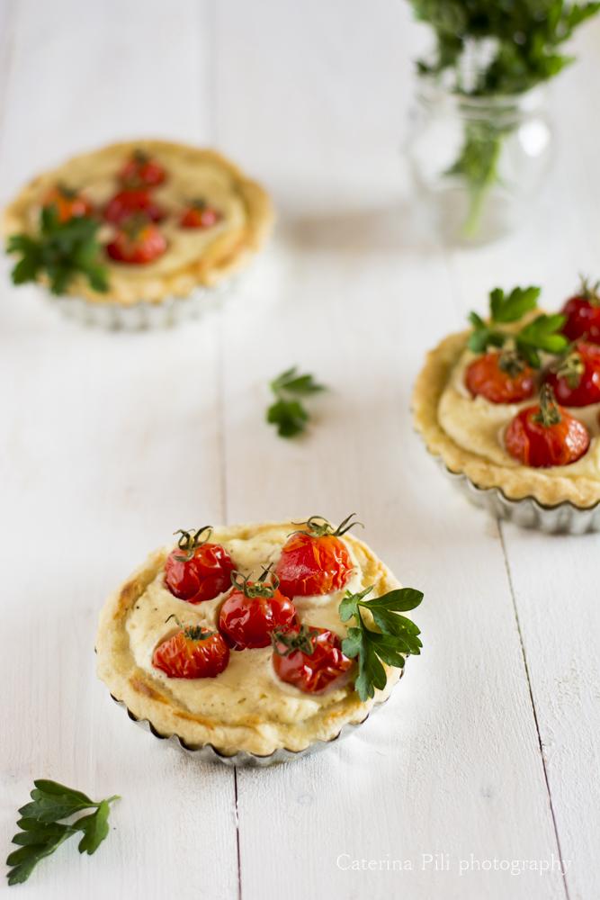 Tartellette salate con ripieno di ricotta e pomodorini