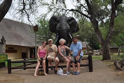 Gezien het knusse plaatje bij het olifanten-museum van Satara moet die samenwerking spetterend of op zijn minst sprankelend zijn geweest.