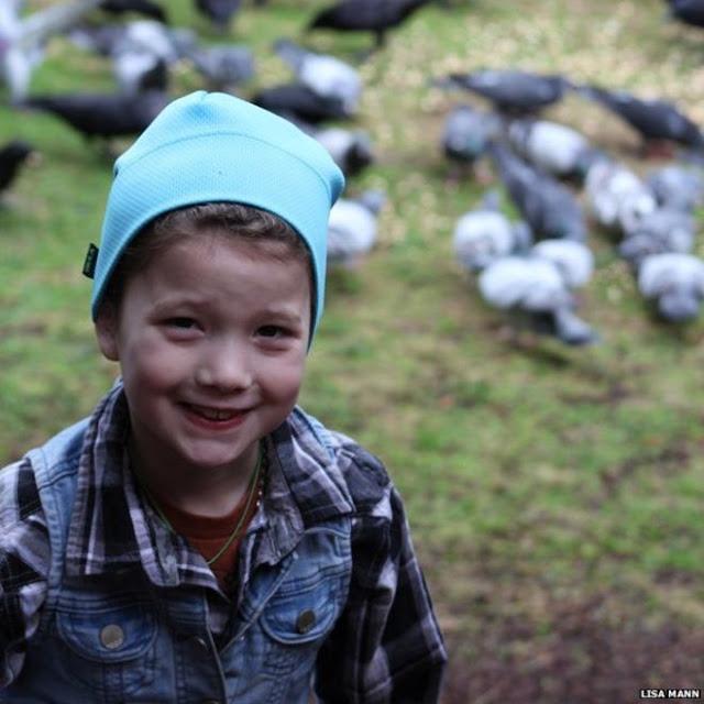 A criança alimenta os corvos e eles trazem objectos como recompensa