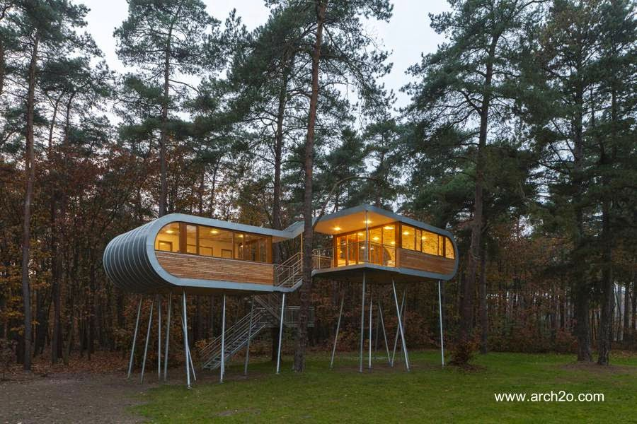 Casa del árbol moderna hecha de metal con formas curvas