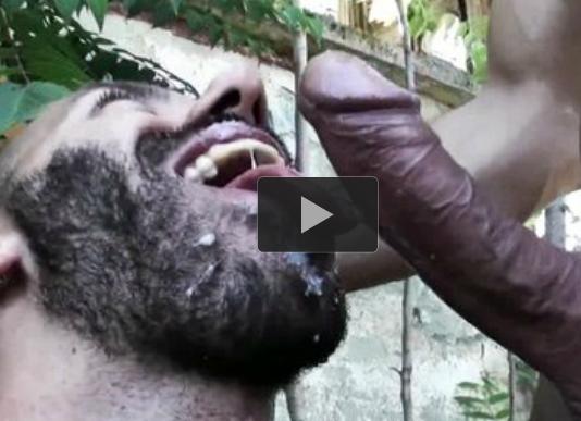 Barbudo faz sexo com 2 no mato. No final um goza na bunda e o outro macho goza na barba e na boca