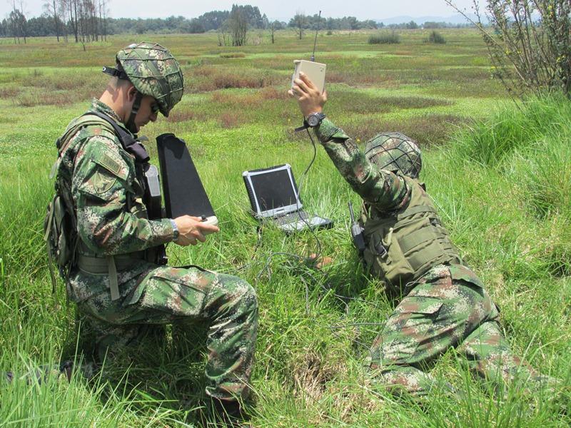 Estación de control en tierra de los aviones no tripulados RQ-11B Raven del Ejército de Colombia.