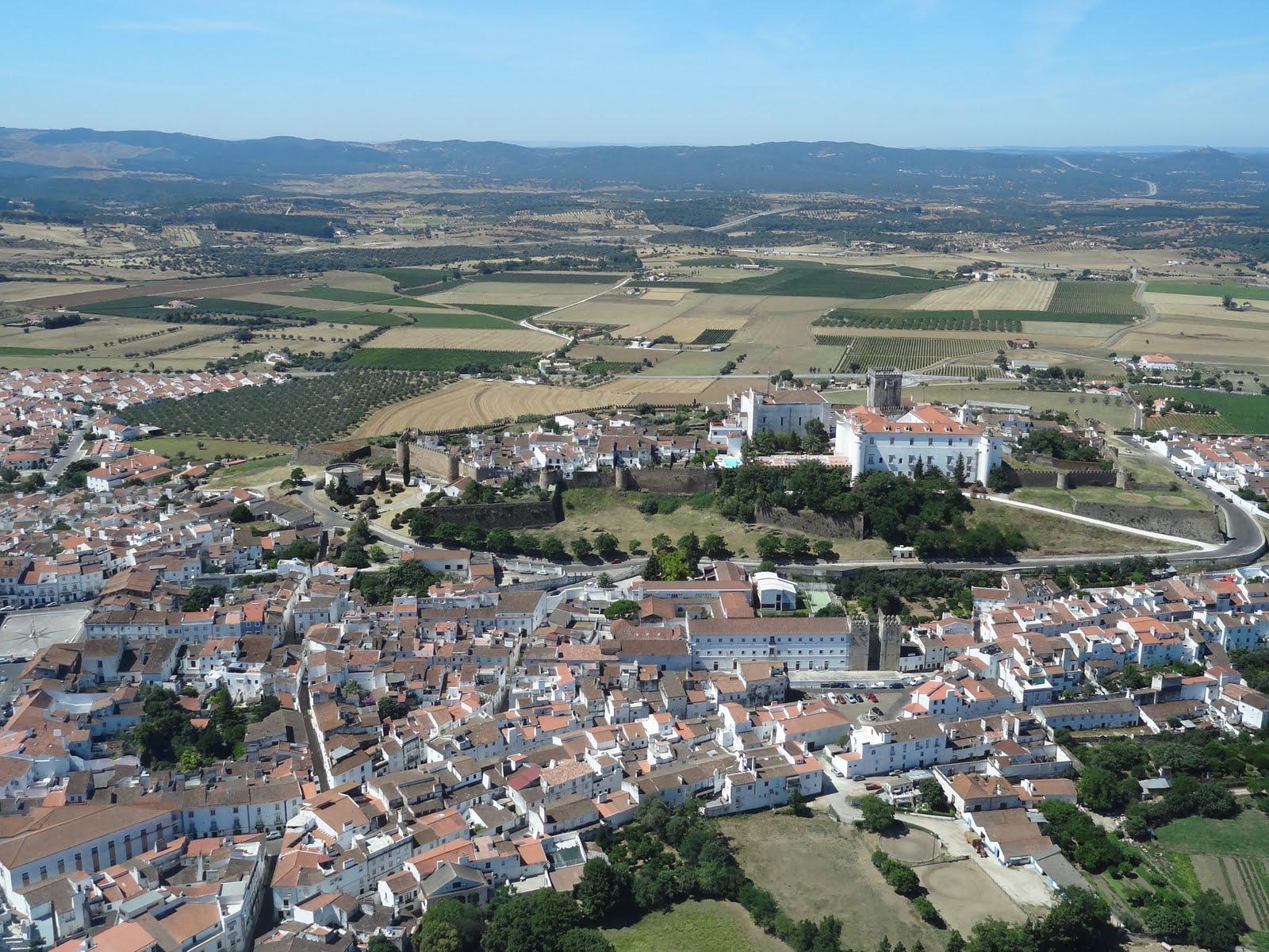 Estremoz Portugal  city pictures gallery : Estremoz Coroada com o Castelo e a Pousada Rainha Santa Isabel ...