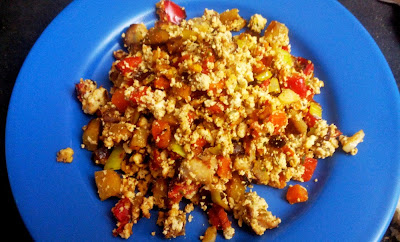 revuelto vegano, tofu, calabaza, pimiento