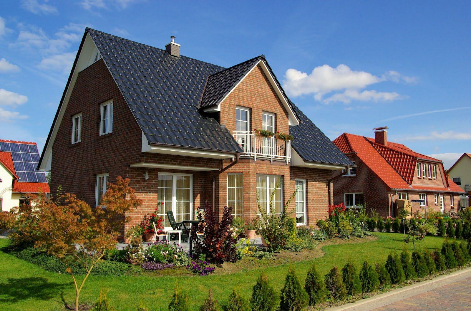 Fachadas de casas con hermosos jardines mejor conjunto for Imagenes de casa con techos de tejas