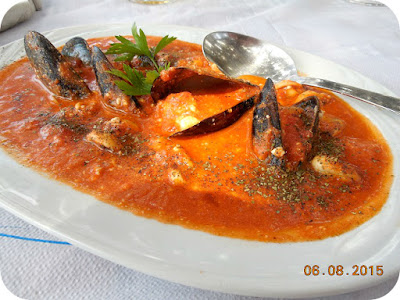 Scoici in sos tomat la Taverna Psili Ammos