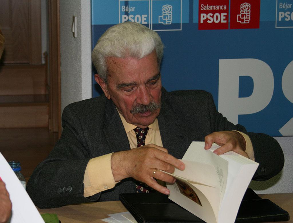 higinio Miron durante la presentación de su anterior libro