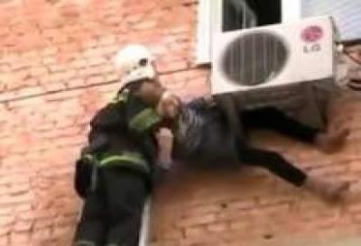 بالفيديو.. «التكييف» ينقذ عجوزا تسقط من نافذة بيتها...!!!