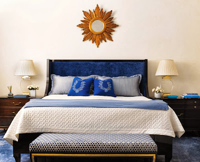 soothing bedroom design in blue and white with atractive sun shaped center