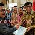 Berita Foto:  Menkumham Yasonna LaolyMenyerahkan Piagam Penghargaan Anubhawa Sasna kepada Kabupaten/Kota se Sulut