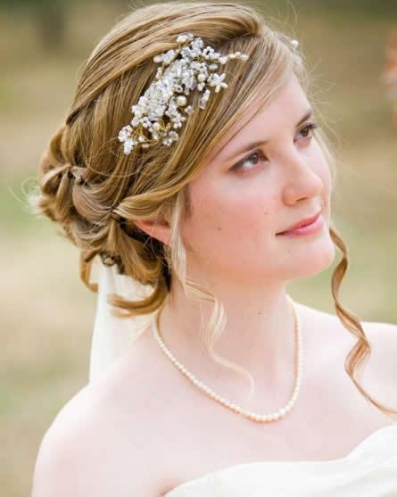 Невидимка в прическе невесты