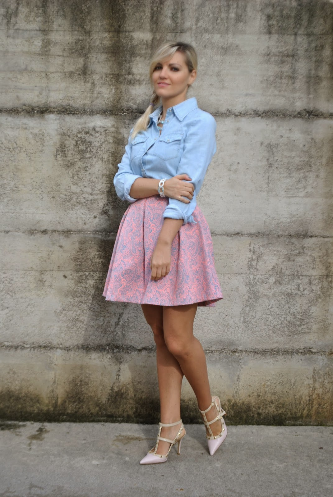 autumnal outfit recap october outfits fashion bloggers italy italian girl   outfit camicia di jeans gonna a ruota rosa abbinamenti camicia jeans abbinamenti camicia in denim how to wear denim shirt abbinamenti gonna a ruota come abbinare la gonna  a ruota how to wear round skirt gonna a ruota rosa pimkie collana majique bracciale majique majique london bracelet majique london necklace scarpe valentino rockstud mariafelicia magno mariafelicia magno fashion blogger colorblock by felym outfit ottobre 2014 recap outfit ottobre 2014 outfit autunnali