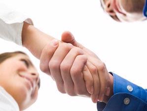 Cara Jabat Tangan Yang Bikin Orang Menyukai Anda [ www.Up2Det.com ]