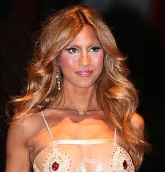Çağla Şikel altın ışıltılı karamel saç rengi Çağla Şikel'in bronz tenine çok yakışmıştır.