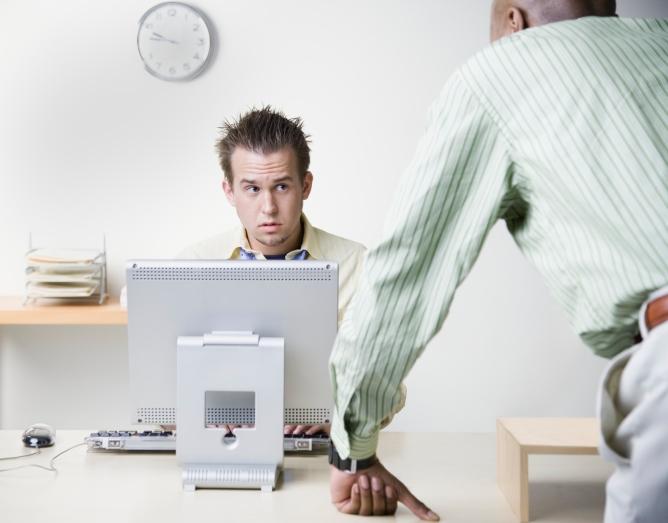 بيئة العمل أفضل المقومات لرضا office-bully.jpg