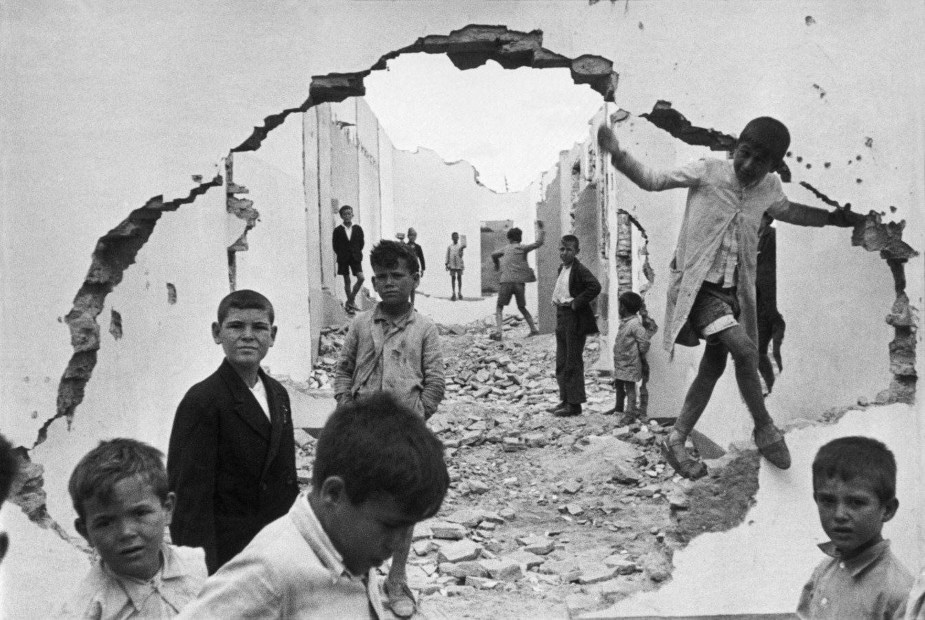 http://2.bp.blogspot.com/-0-5KKMI5NuA/Tm8vWKL0tsI/AAAAAAAAApU/43ZOTTTDYNg/s1600/henri-cartier-bresson-hyeres-france-1932-seville-spain-1944-wall-hole-children-playing.jpg