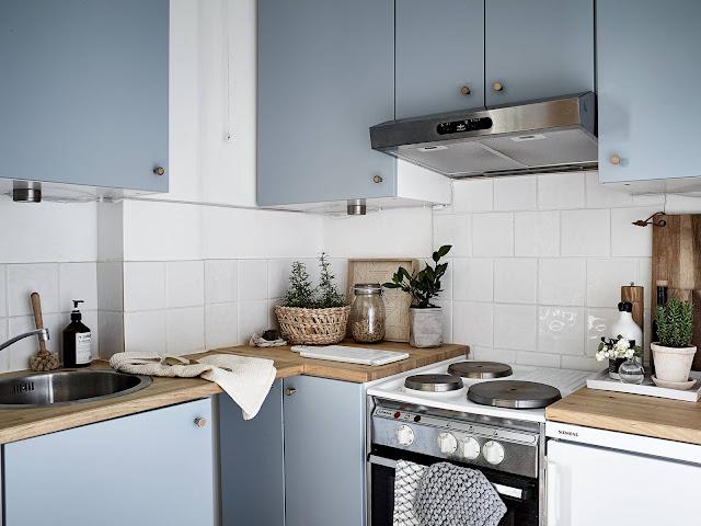 Una pequeña cocina en tonos azules