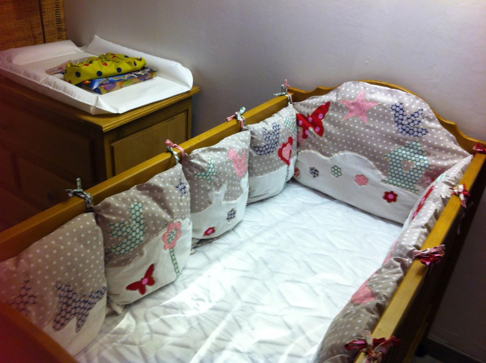 Charlotte aux fraises le tour de lit coussins - Patron tour de lit bebe ...