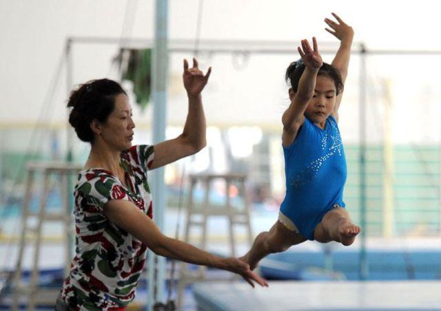الصين وكيفية صناعة الأبطال الألومبيين China-gymnasium-Olympic-children-21