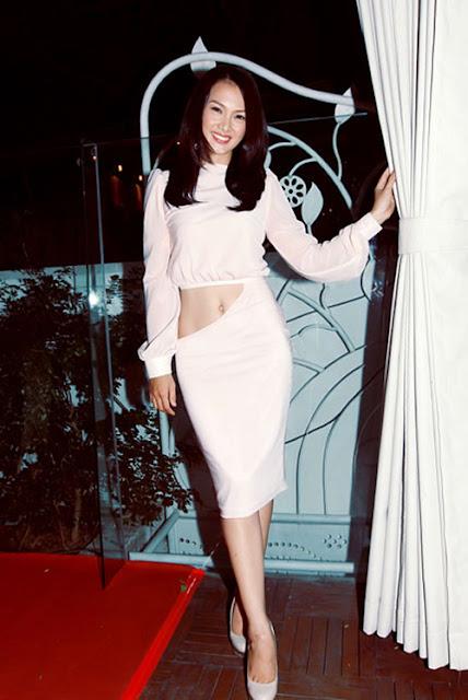 Người mẫu Anh Thư tạo nên ấn tượng mạnh mẽ khi lần đầu tiên diện áo crop-top trong một dạ tiệc sao.
