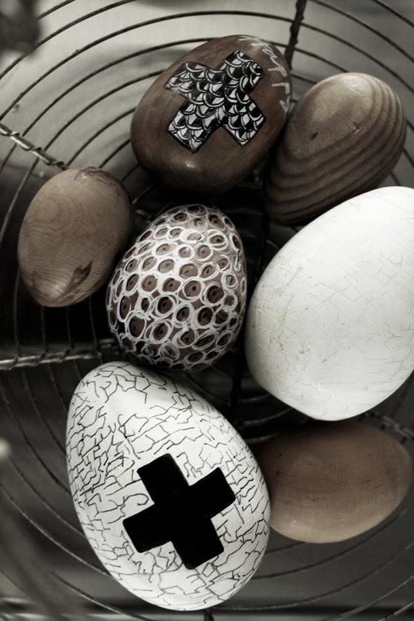svart och vitt, trärena ägg, måla ägg, påskpyssel 2014, träägg, vita och svarta ägg, diy påsk, inredning, inspiration, korg med ägg, loppis, ägg, äggmålning, kors, måla kors på ägg, dekorativa ägg,