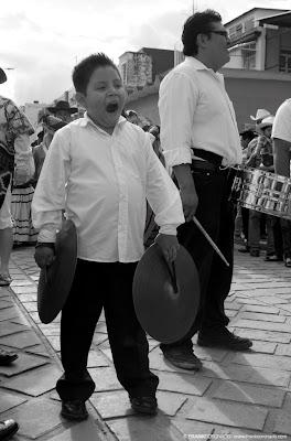 niño músico en guelaguetza de oaxaca